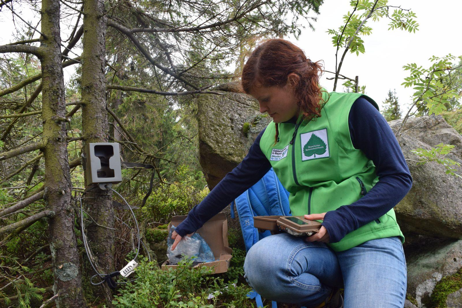 Gut erkennbar an der grünen Weste: die Gebietsbetreuerin des Naturparks Fichtelgebirge, Stefanie Jessolat, Bildrechte: Naturpark Fichtelgebirge